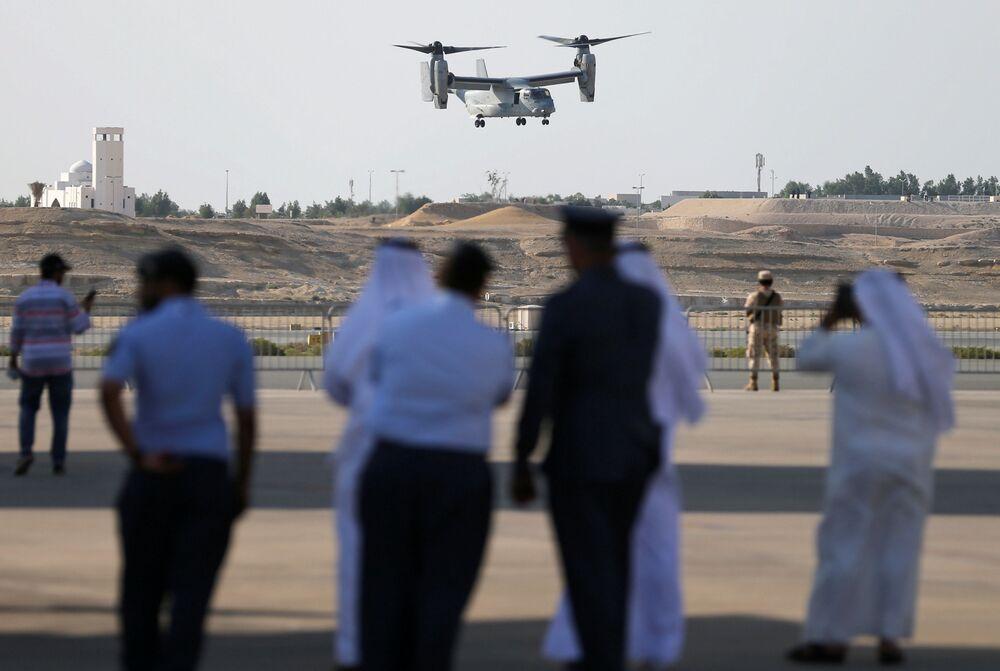 Goście pokazu lotniczego śledzą lot amerykańskiego pionowzlotu USMC MV-22 na Międzynarodowym Pokazie Lotniczym w Bahrajnie