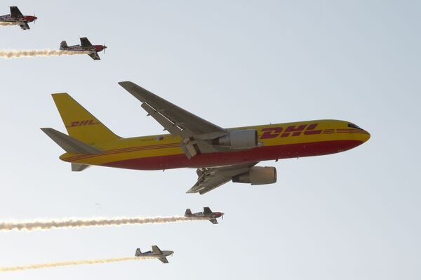 Samolot do transportu ładunków firmy DHL Boeing 767 wykonuje manewry w powietrzu na Międzynarodowym Pokazie Lotniczym w Bahrajnie - Sputnik Polska