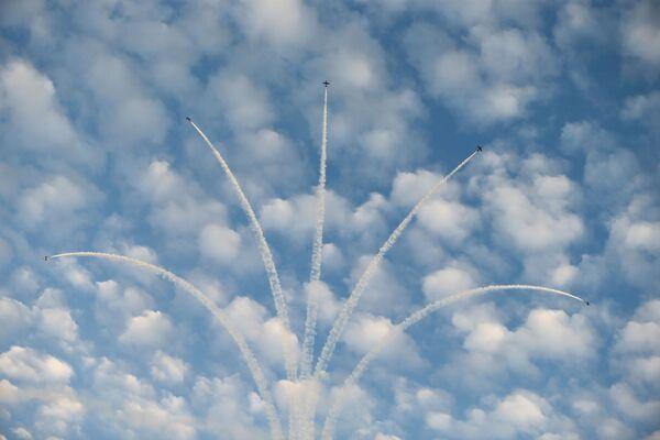 Zespół akrobacyjny Sił Powietrznych Zjednoczonych Emiratów Arabskich Al Fursan w Bahrajnie - Sputnik Polska