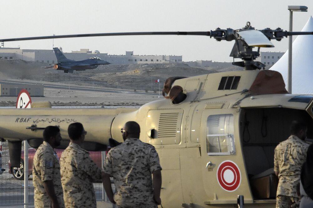 Amerykański wielozadaniowy lekki myśliwiec F-16 na Międzynarodowym Pokazie Lotniczym w Bahrajnie