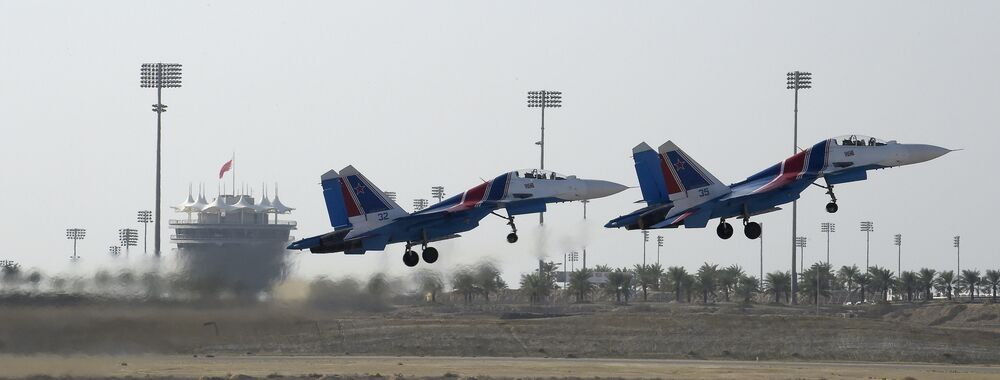 """Rosyjski zespół akrobacyjny """"Russkije Witjazi"""" za sterami Su-27 wykonuje manewry na Międzynarodowym Pokazie Lotniczym w Bahrajnie"""