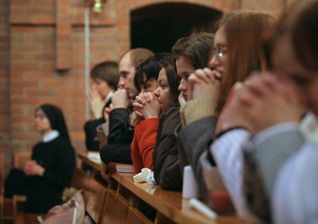 Parafianie na świątecznej liturgii wielkanocnej w Katedra Przemienienia Pańskiego