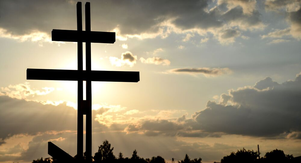Krzyż przed nowym kościołem prawosławnym pod wezwaniem św. Sofii Mądrości Bożej w Warszawie