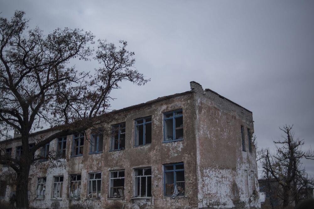 Zruinowany budynek w wiosce Zajcewo pod Donieckiem