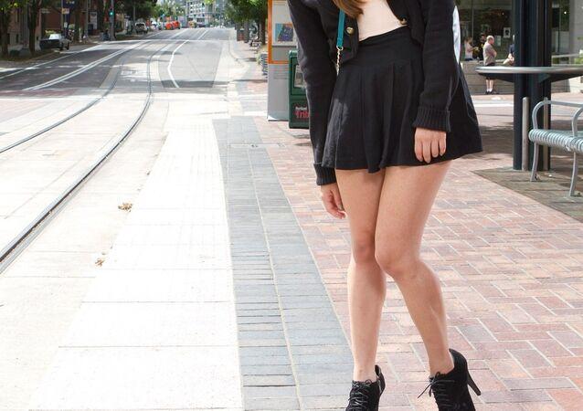 Dziewczyna w spódnicy mini