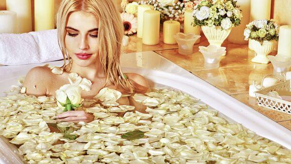 Kobieta kąpiąca się w wannie z płatkami białych róż - Sputnik Polska