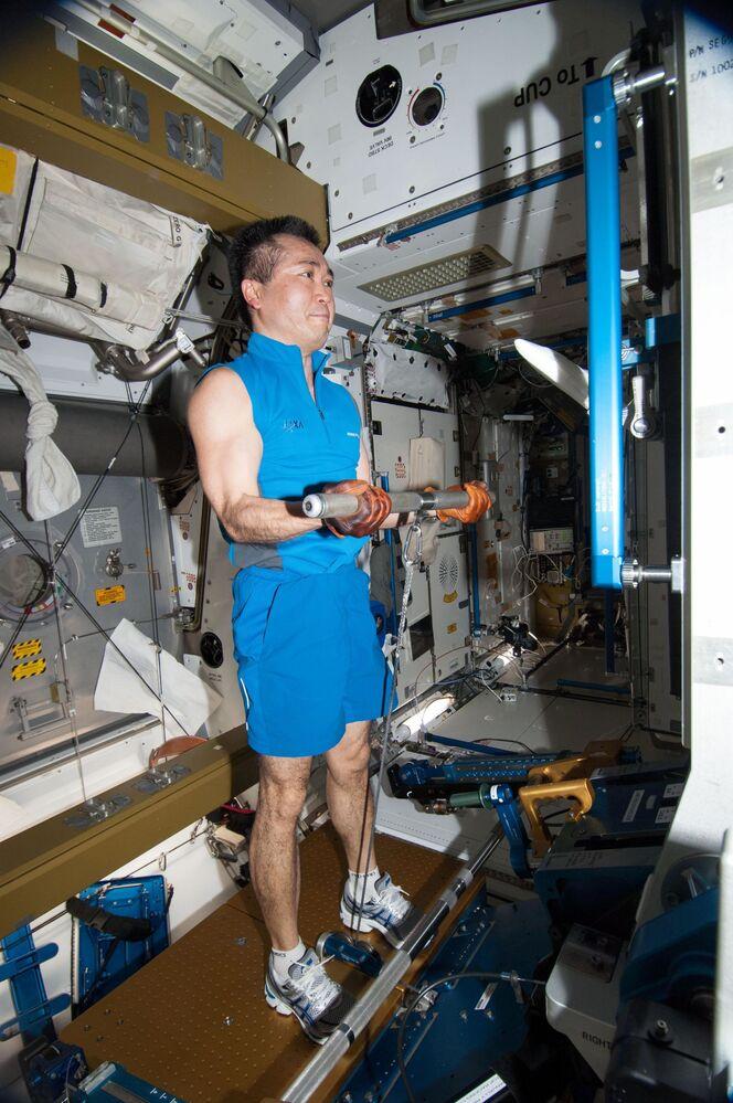 Japoński kosmonauta Koichi Wakata ćwiczy na pokładzie MSK