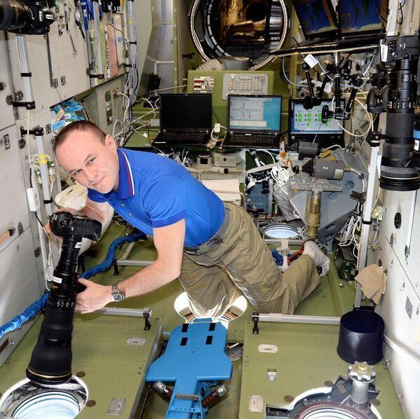 Rosyjski kosmonauta Siergiej Riazanskij robi zdjęcia - Sputnik Polska