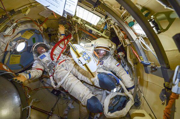 Przed wyjściem w otwarty kosmos - Sputnik Polska