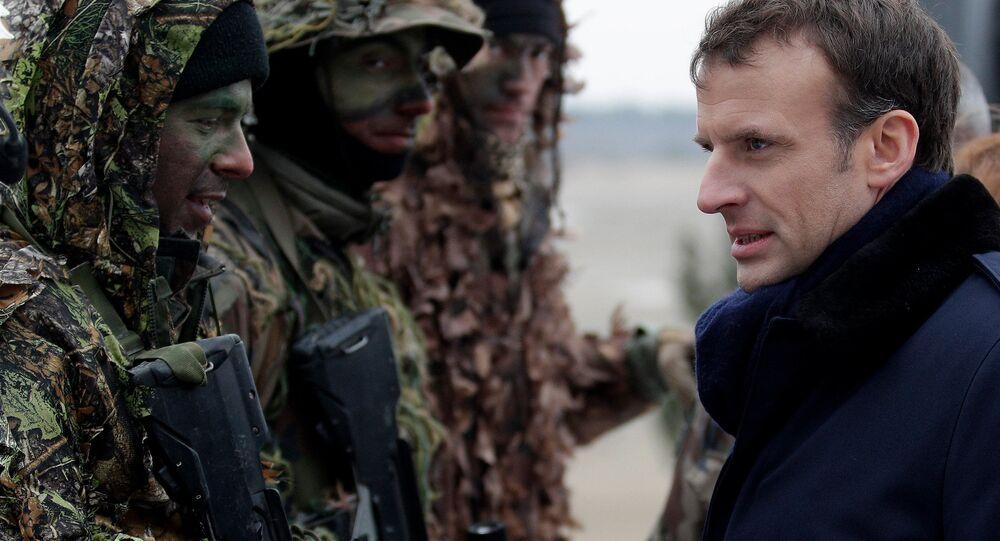 Prezydent Francji Emmanuel Macron podczas ćwiczeń wojskowych francuskiej armii w obozie wojskowym w pobliżu Reims