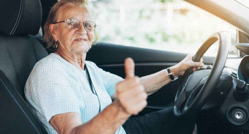 Starsza pani za kierownicą
