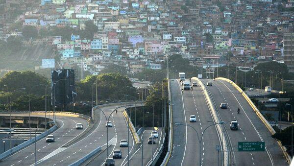 Autostrada samochodowa na tle stolicy Wenezueli Caracas - Sputnik Polska