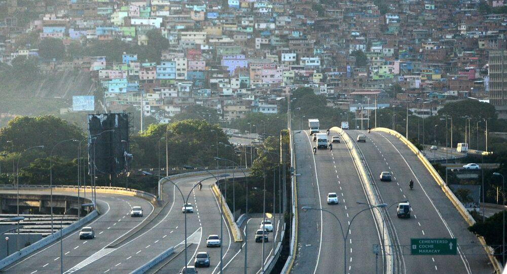 Autostrada samochodowa na tle stolicy Wenezueli Caracas