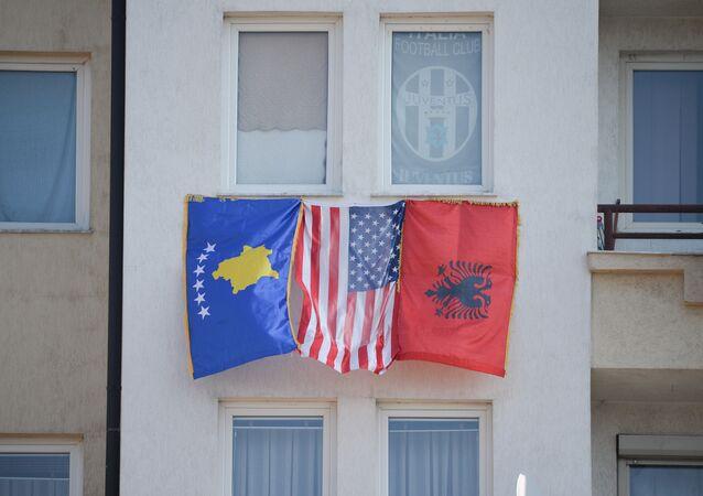 Flagi Kosowa, USA i Albanii w Prisztinie