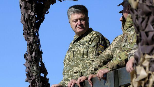 Prezydent Ukrainy Petro Poroszenko podczas ćwiczeń Sił Zbrojnych Ukrainy na wybrzeżu Morza Azowskiego - Sputnik Polska