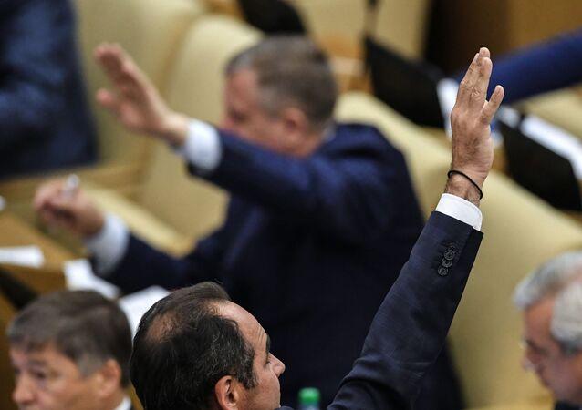 Deputowani na posiedzeniu plenarnym Dumy Państwowej