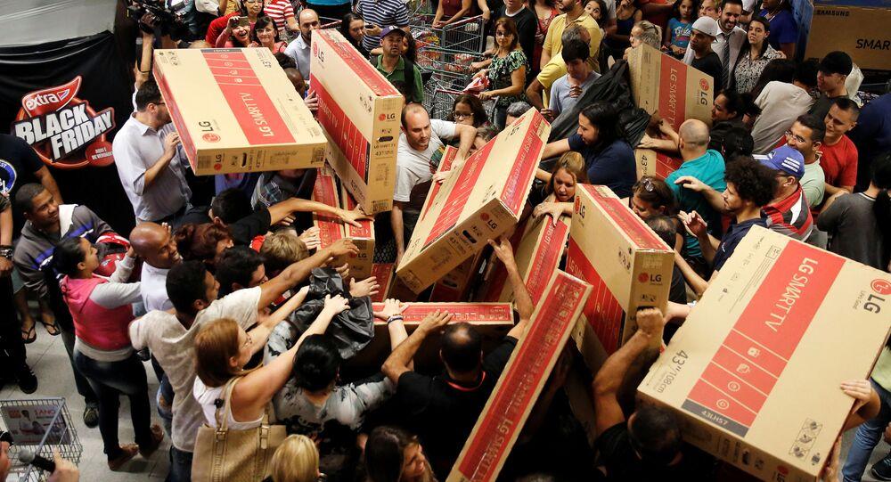 Klienci brazylijskiego sklepu podczas zakupów w czarny piątek