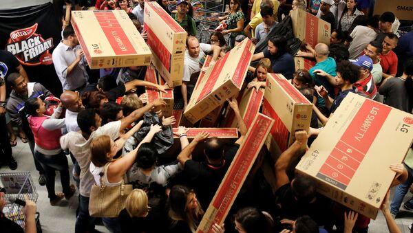 Klienci brazylijskiego sklepu podczas zakupów w czarny piątek - Sputnik Polska