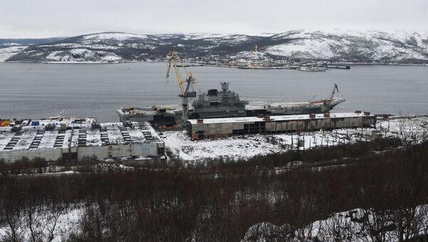 Lotniskowiec Admirał Kuzniecow przy stoczni w obwodzie murmańskim - Sputnik Polska