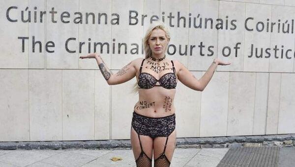 Stacy Ellen Murphy na ulicy w bieliźnie na znak protestu przeciwko oskarżaniu ofiar gwałtu - Sputnik Polska