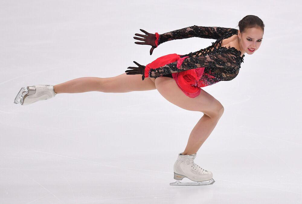 Alina Zagitowa występuje z programem dowolnym solistek podczas V etapu Grand Prix w łyżwiarstwie figurowym w Moskwie