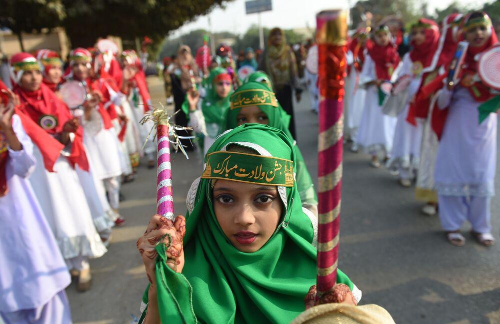 Pakistańscy nastolatkowie świętują urodziny proroka Mahometa w Karaczi