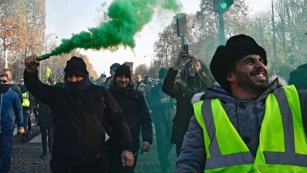 """Protest """"żółtych kamizelek"""" przeciwko podniesieniu cen benzyny i oleju napędowego we Francji - Sputnik Polska"""