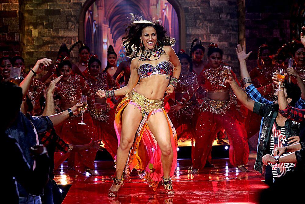 """Aktorka Bollywood Elli Avram wykonuje piosenkę do filmu """"Fraud Saiyyan"""" w Bombaju"""