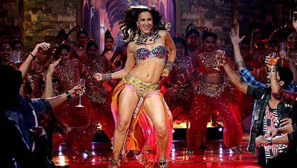 """Aktorka Bollywood Elli Avram wykonuje piosenkę do filmu """"Fraud Saiyyan"""" w Bombaju - Sputnik Polska"""