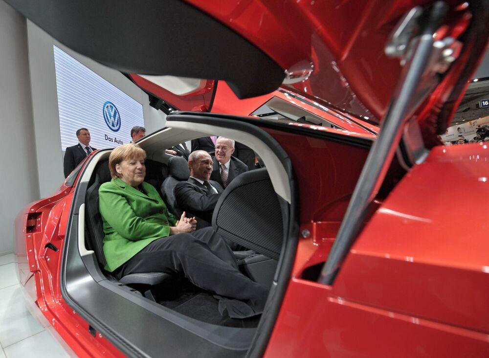 """Prezydent Rosji Władimir Putin i kanclerz Niemiec Angela Merkel w salonie samochodowym podczas otwarcia Międzynarodowych Targów Przemysłowych """"Hannover 2013"""""""