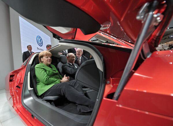 """Prezydent Rosji Władimir Putin i kanclerz Niemiec Angela Merkel w salonie samochodowym podczas otwarcia Międzynarodowych Targów Przemysłowych """"Hannover 2013"""" - Sputnik Polska"""