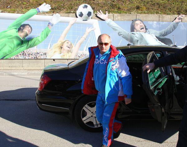 Prezydent Federacji Rosyjskiej Władimir Putin wysiada z samochodu podczas wizyty w ośrodku narciarskim Krasnaja Polana w Soczi - Sputnik Polska