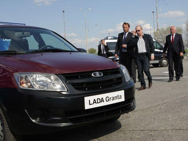 Rosyjski premier Władimir Putin ogląda nowy model samochodu stworzonego na bazie Łada-Kalina - Lada-Granta na terytorium fabryki AutoWAZ - Sputnik Polska