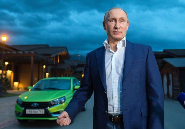 Prezydent Federacji Rosyjskiej Władimir Putin i nowy model AutoWAZu Lada Vesta w ośrodku narciarskim Krasnaja Polana - Sputnik Polska