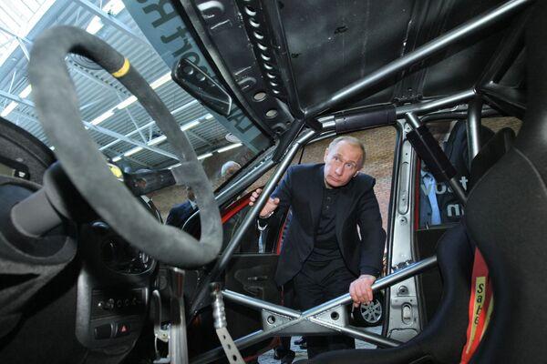 Rosyjski premier Władimir Putin ogląda asortyment modeli AutoWAZ - Sputnik Polska