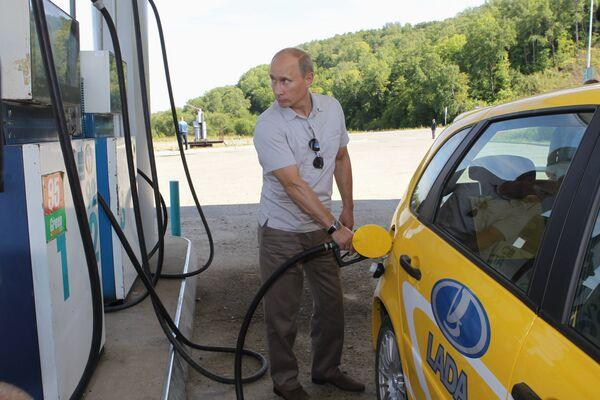 Premier Federacji Rosyjskiej Władimir Putin na stacji benzynowej - Sputnik Polska