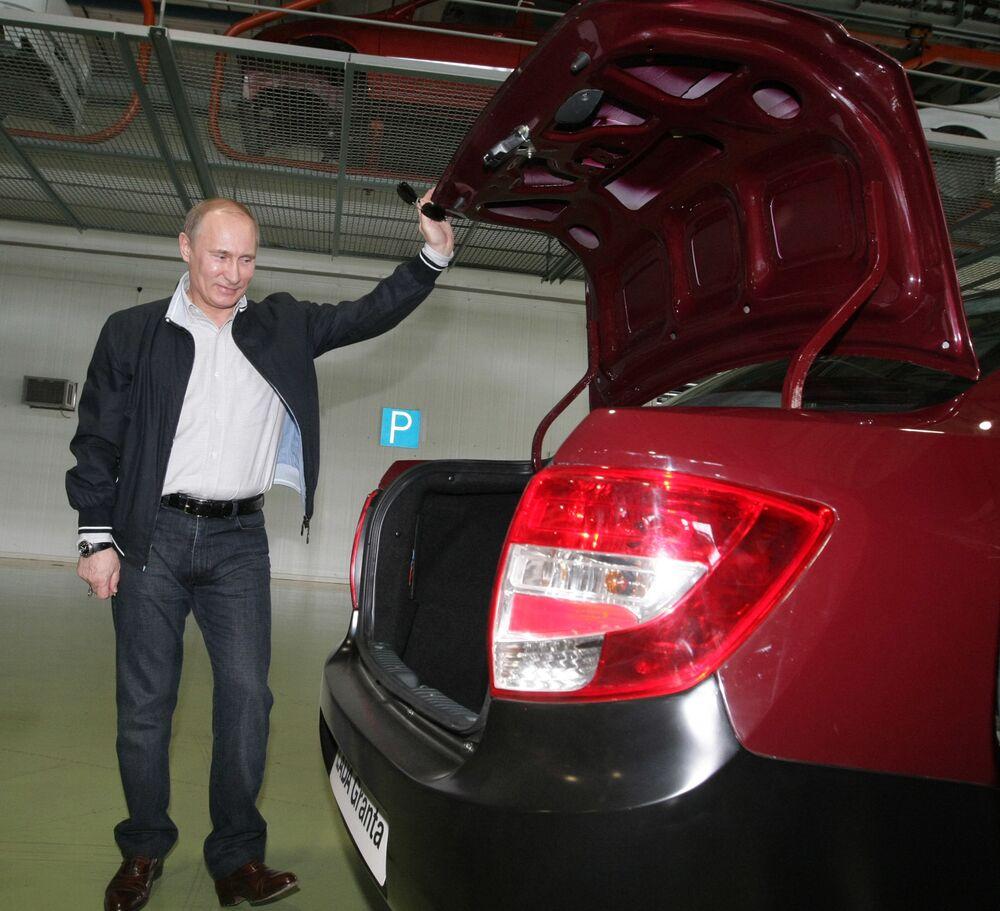 Rosyjski premier Władimir Putin ogląda nową Lada-Granta