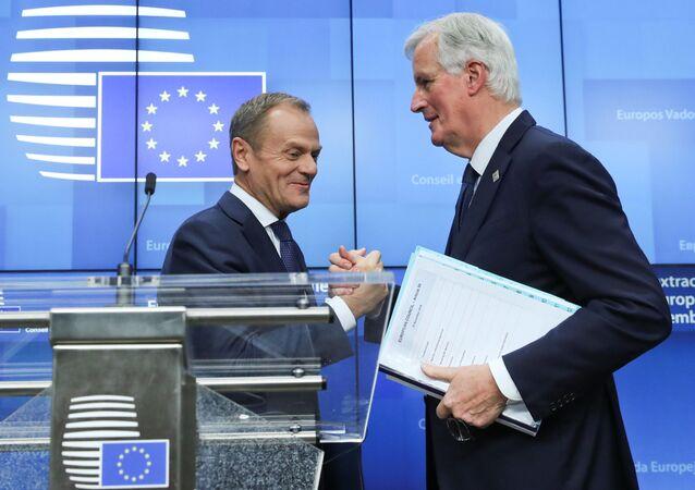 Szef Rady Europejskiej Donald Tusk i główny negocjator UE ws. brexitu Michel Barnier na szczycie w Brukseli.