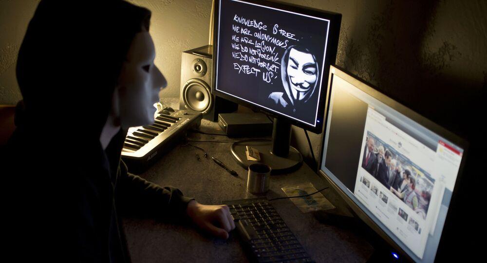 Haker z Anonymous przed ekranem komputera