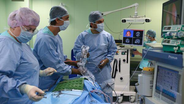 Małoinwazyjna operacja neurochirurgiczna w Narodowym Centrum Badań Medycznych im. E.Mieszałkina w Nowosybirsku - Sputnik Polska
