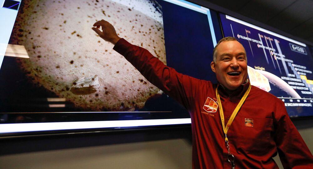 Kierownik projektu Tom Hoffman wskazuje na pierwsze zdjęcie planety Mars, zrobione przez sondę kosmiczną NASA InSight