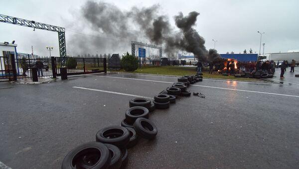 Właściciele samochodów z europejskimi tablicami rejestracyjnymi blokują ukraińsko-polskie przejścia graniczne - Sputnik Polska