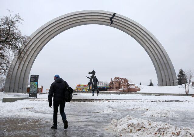 Symbol pęknięcia, nalepiony przez nieznanych aktywistów z powodu konfliktu między Rosją i Ukrainą, na Łuku Przyjaźni Narodów w Kijowie