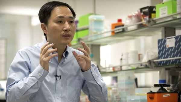 Chiński naukowiec He Jiankui, który przyczynił się do narodzin pierwszych na świecie bliźniąt ze sztucznie zmienionym genomem - Sputnik Polska