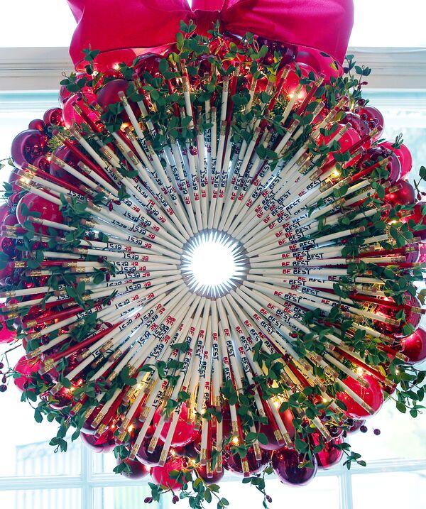 Świąteczny wieniec z ołówków na oknie Czerwonego Pokoju Białego Domu w Waszyngtonie - Sputnik Polska