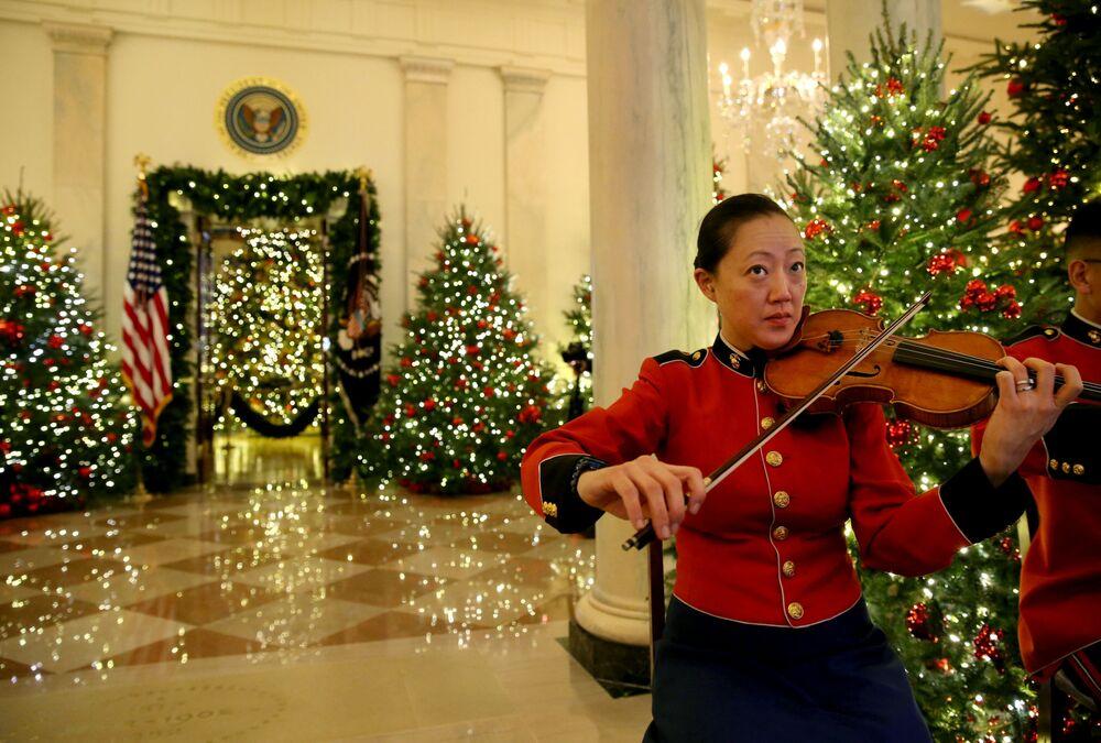 Członek Orkiestry Morskiej USA podczas występu w Białym Domu