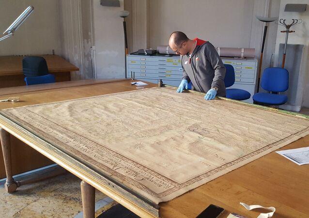 Doktor Wojciech Walczak z Uniwersytetu w Białymstoku z ręcznie rysowaną mapą Rzeczypospolitej z XVII wieku