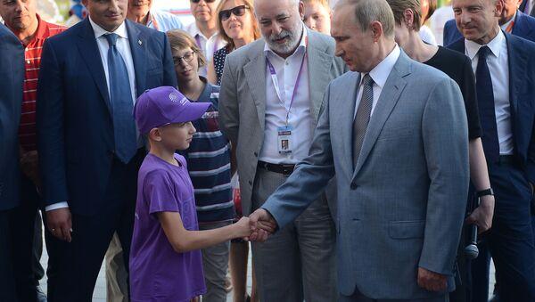 Prezydent Rosji Władimir Putin ściska dłoń 11-letniemu Denisowi z Pskowa - Sputnik Polska