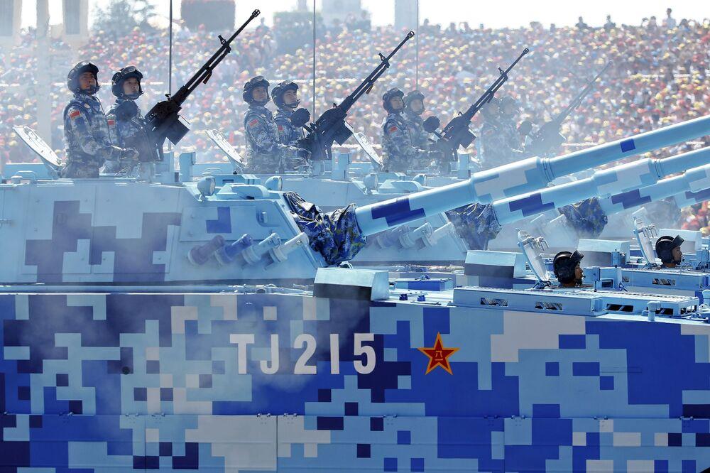 Żołnierze marrynarki wojemej Chin na wozach bojowych w ciągu defilady z okazji 70. rocznicy zwycięstwa w II wojnie światowej w Pekinie