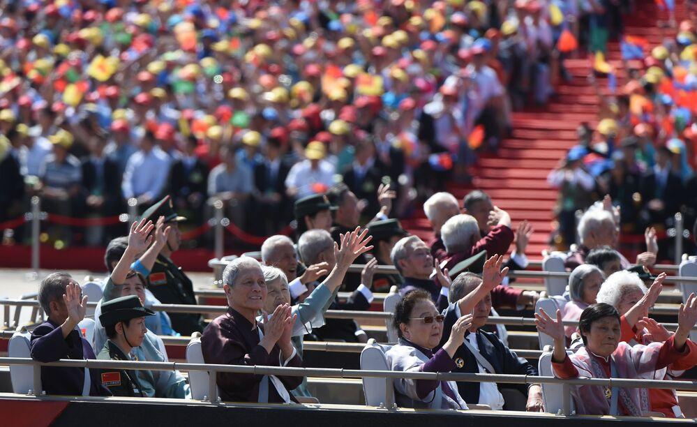 Chińskie weterani maszą z autobusu podczas defilady z okazji 70. rocznicy zwycięstwa w II wojnie światowej w Pekinie